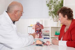 Seniorin beim Arzt für innere Medizin